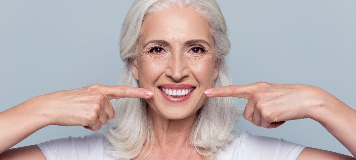 pose de facette dentaire sur une femme